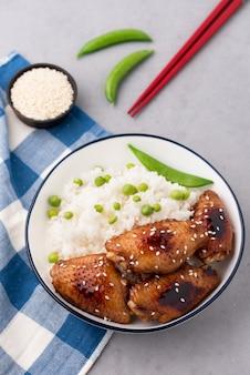Comida china alitas de pollo fritas con arroz