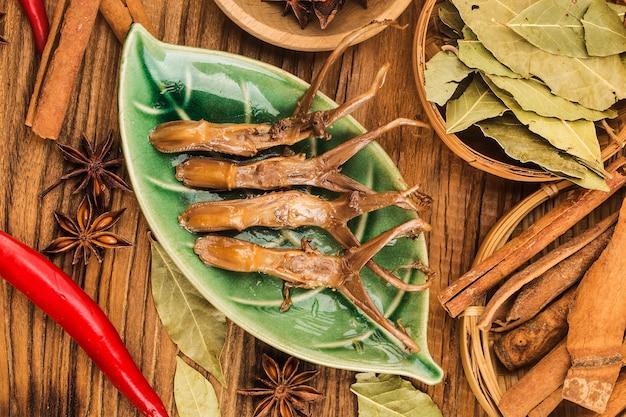 Comida china. lengua de pato especiada