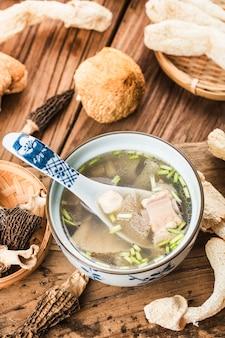Comida china en sopa de lomo con vieira y hongos de bambú