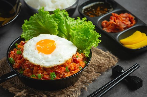 Comida coreana. arroz frito con kimchi servir con huevo frito
