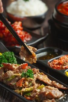 Comida coreana bulgogi o barbacoa de ternera marinada lista para servir