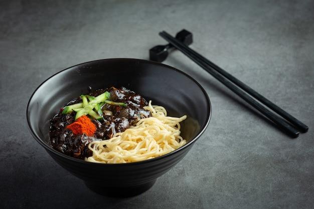 Comida coreana; jajangmyeon o fideos con salsa de frijoles negros fermentados