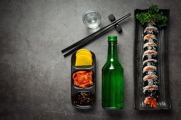 Comida coreana, kim bap - arroz al vapor con verduras en algas.