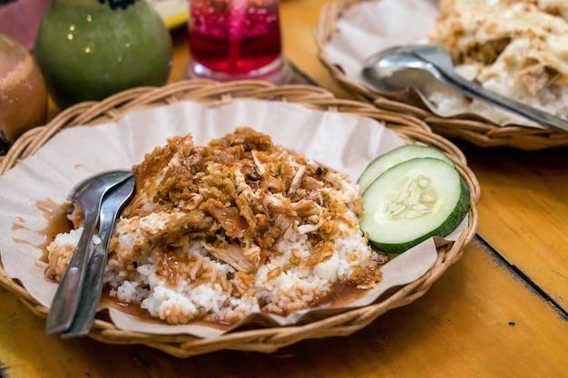 Comida deliciosa bebida indonesia ayam geprek té de hielo