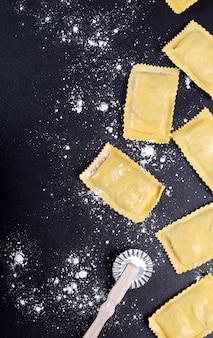 Comida. deliciosa pasta hecha a mano sobre la mesa