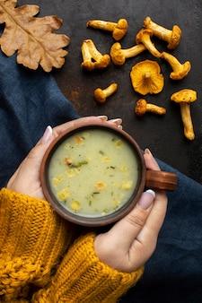Comida deliciosa sopa de setas de otoño