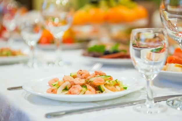 Comida desperdiciada en la mesa festiva después de la cena