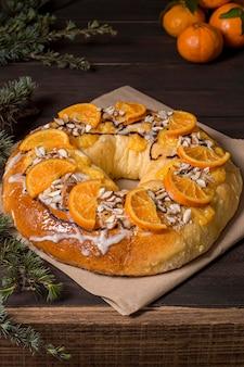 Comida del día de la epifanía con naranjas en rodajas