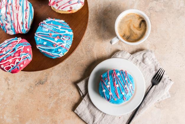 Comida para el día de la independencia. 4 de julio. donuts americanos tradicionales con esmalte en colores de la bandera de estados unidos
