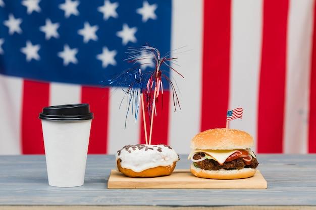 Comida del día de la independencia en la mesa