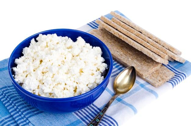 Comida dietética, requesón y pan de centeno.