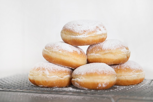 Comida. donuts recién horneados en la mesa