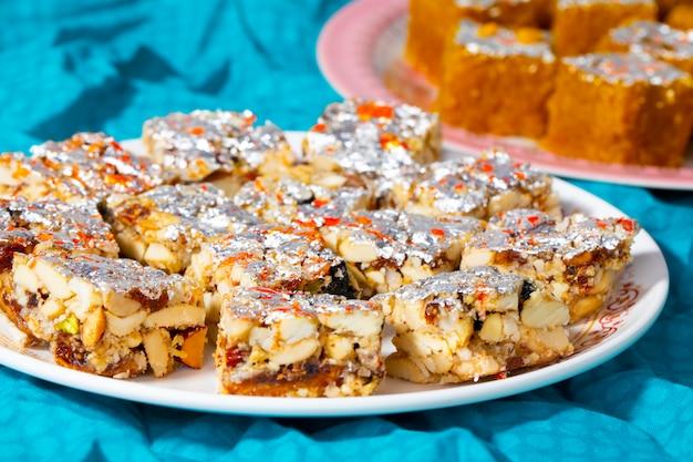 Comida dulce india frutas secas sin azúcar con mung dal chakki