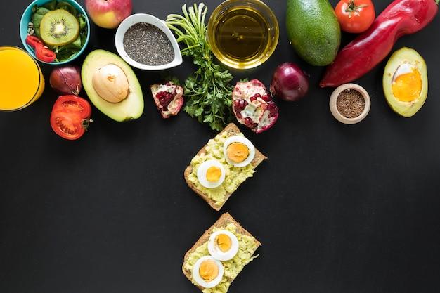 Comida e ingredientes saludables sobre fondo negro.