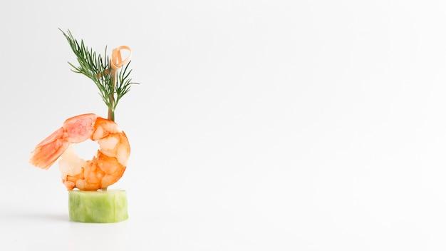 Comida elegante con camarones y espacio de copia