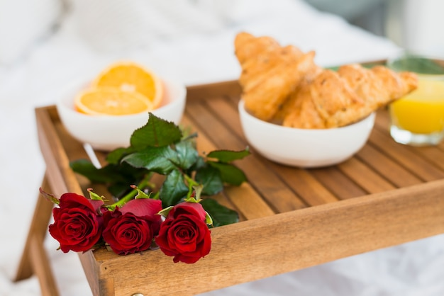 Comida y flores en la mesa del desayuno.