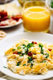 Comida fresca para el desayuno. huevos y zumo de naranja.