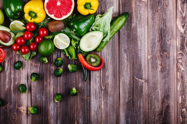 Comida fresca y saludable. avocabo, coles de bruselas, pepinos, pimiento rojo, amarillo y verde.