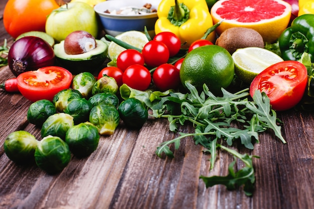 Comida fresca y saludable. avocabo, coles de bruselas, pepinos, pimientos rojos, amarillos y verdes.