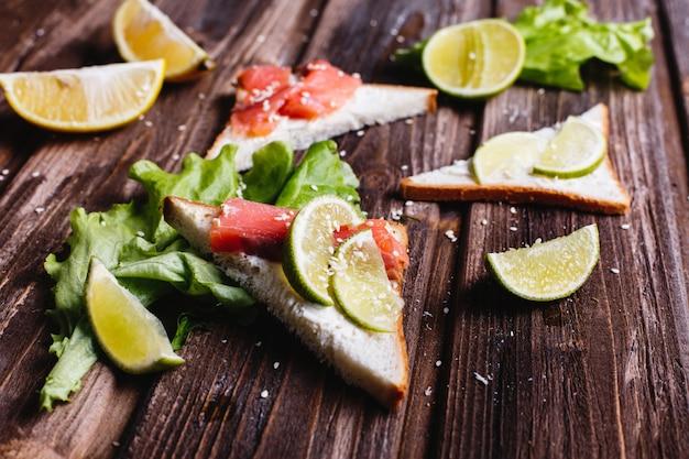 Comida fresca y saludable. ideas de desayuno o almuerzo. pan con queso, aguacate y salmón.