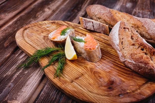 Comida fresca y saludable. ideas de merienda o almuerzo. pan casero con limón y salmón.