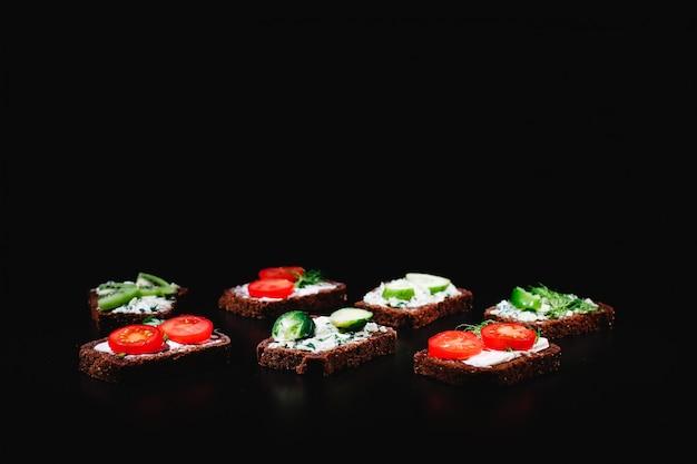 Comida fresca y saludable. ideas de merienda o almuerzo. pan casero con queso, aguacate.