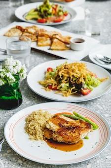 Comida halal servida en la mesa.