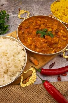 Comida india. comida india. pollo al curry en salsa de tomate