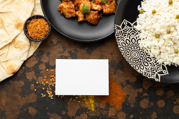 Comida india laica plana con arroz y carne