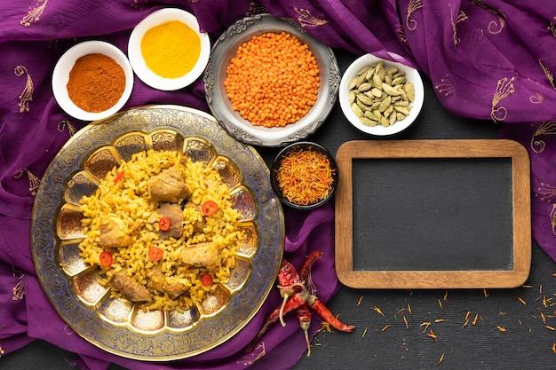Comida india laica plana con sari y marco