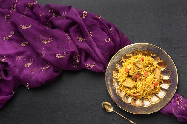 Comida india laica plana y sari morado