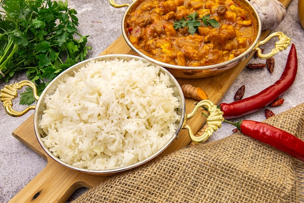 Comida india. pollo al curry en salsa de tomate y arroz