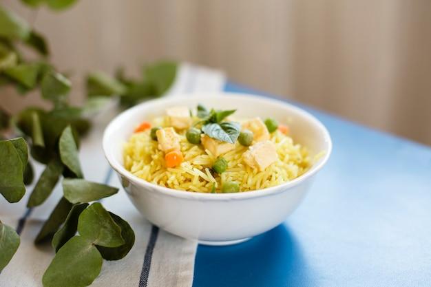 Comida india tradicional con arroz y pollo.