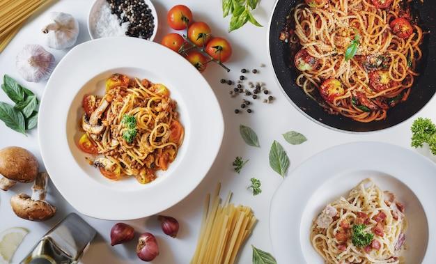 Comida italiana, pasta boloñesa, salsa de tomate y carbonara con ingredientes frescos