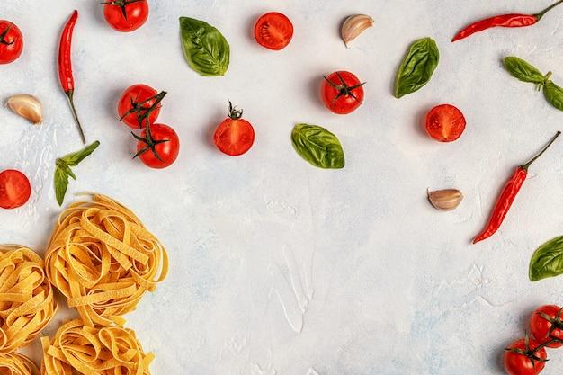 Comida italiana con pasta, especias y verduras.