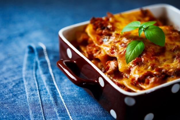 Comida italiana. placa de lasaña de cerca.