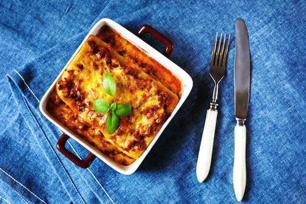 Comida italiana. plato de lasaña.