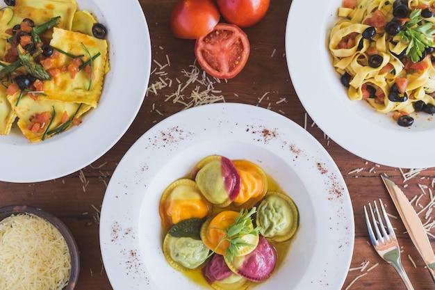 Comida italiana, sorrentino, ravioli y fettuccine por encima de la cabeza.