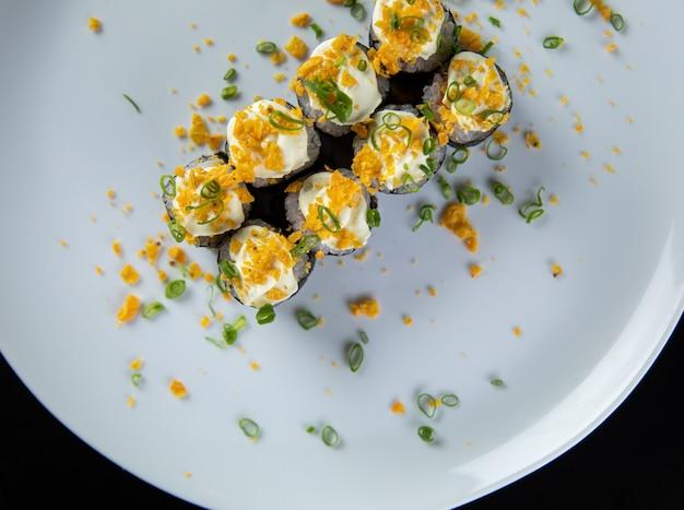 Comida japonesa deliciosa salmón uramaki sushi con arroz