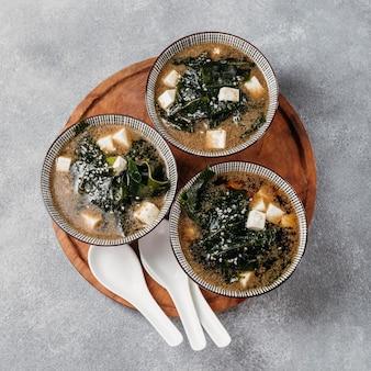Comida japonesa laicos plana en arreglo de tazones