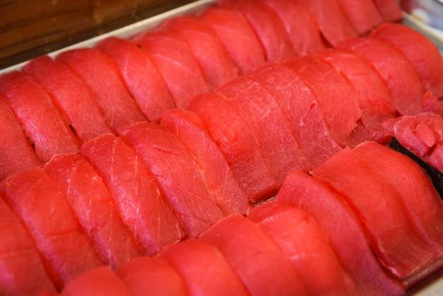 Comida japonesa sushi atún con nori en el restaurante, menú de atún crudo sashimi establece cocina japonesa ingredientes frescos en la bandeja, enfoque selectivo