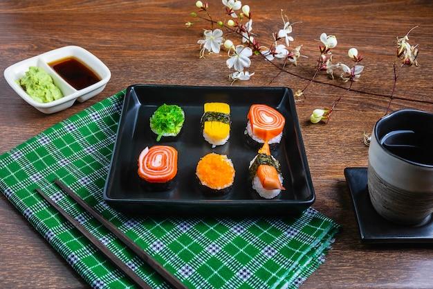 Comida japonesa, sushi en la mesa.