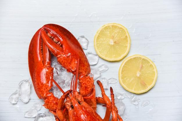 Comida de langosta en camarones de marisco con hielo y vista superior de limón