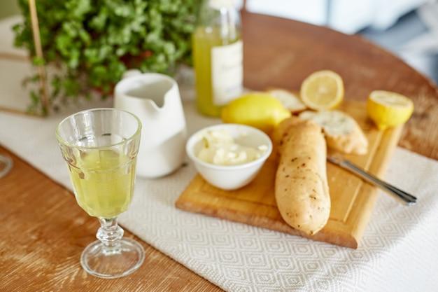 Comida con limones y papas