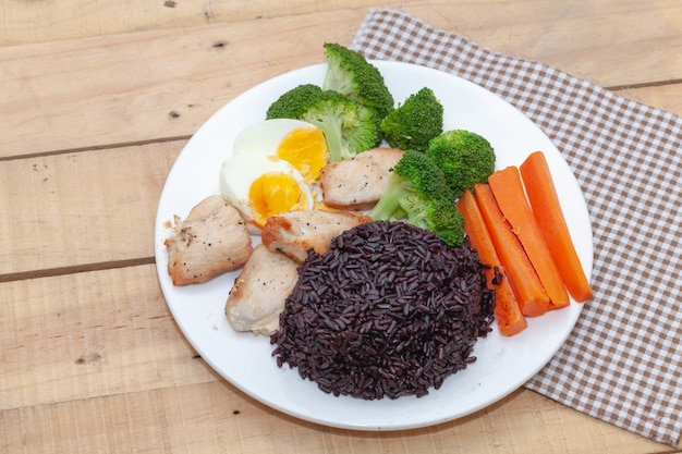 Comida limpia, arroz riceberry y pollo con verdura.