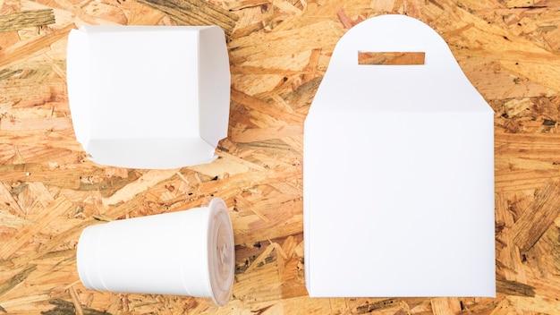 Comida para llevar blanca sobre fondo de textura de madera