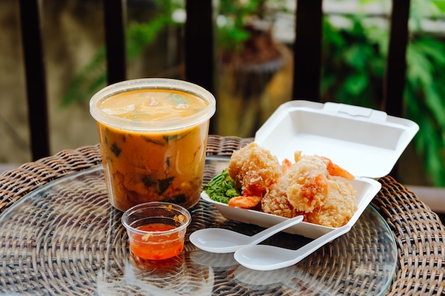 Comida para llevar tailandesa. sopa tom kha y camarones fritos rebozados
