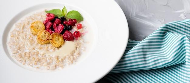 Comida de la mañana con cereales triturados y tela