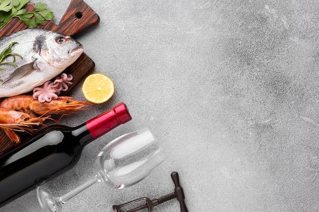 Comida de mariscos con vino y copas