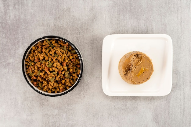 Comida para mascotas húmeda y seca en la mesa